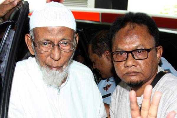 Terpidana kasus terorisme Abu Bakar Baasyir (kiri) dengan pengawalan petugas saat tiba untuk menjalani pemeriksaan kesehatan di RSCM Kencana, Jakarta, Kamis (1/3/2018). - ANTARA/Reno Esnir