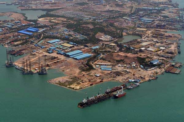 Suasana pembuatan kapal di galangan kapal Batam, Senin (5/2/2018). - Antara/Wahyu Putro