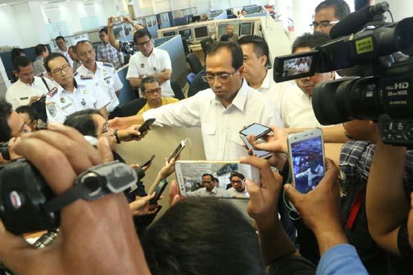 Menteri Perhubungan mengunjungi Jakarta International Container Terminal (JICT) di Pelabuhan Tanjung Priok. - Bisnis.com/Akhmad Mabrori