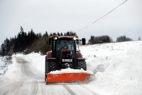 Traktor dikerahkan untuk membersihkan salju dari jalan raya di Skotlandia. - Reuters/Rusell Cheyne.