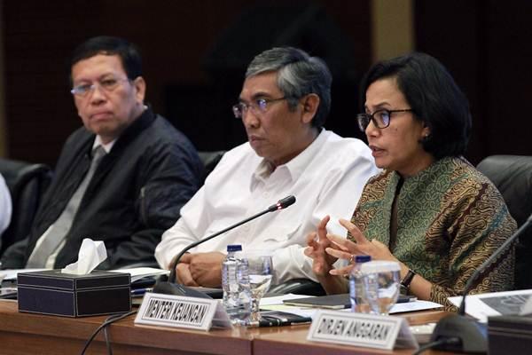 Menteri Keuangan Sri Mulyani Indrawati (dari kanan), memberikan paparan didampingi Wakil Menteri Keuangan Mardiasmo, dan Direktur Jenderal Pajak Robert Pakpahan, saat konferensi pers APBN KiTa di Jakarta, Senin (15/1). - JIBI/Dwi Prasetya