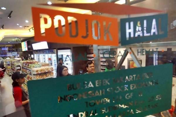 Pengunjung bertransaksi di gerai ritel Podjok Halal, di Bursa Efek Indonesia (BEI), Selasa (5/12). - JIBI/Nurul Hidayat