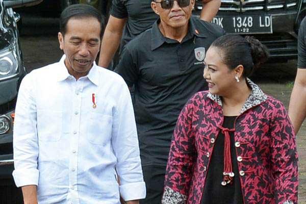 Presiden Joko Widodo (kiri) berbincang dengan Bupati Tabanan Ni Putu Eka Wiryastuti saat penyerahanan sertifikat tanah di Taman Pujaan Bangsa Margarana, Tabanan, Bali, Jumat (23/2/2018). - ANTARA/Wira Suryantala