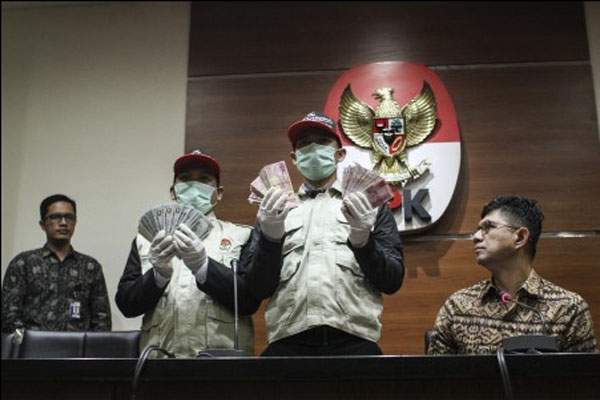 Wakil Ketua KPK Laode M. Syarif (kanan) didampingi Juru Bicara KPK Febri Diansyah (kiri) saat menunjukkan barang bukti Operasi Tangkap Tangan (OTT) KPK di Jombang, Jakarta, Minggu (4/2/2018). - Antara/Dhemas Reviyanto.