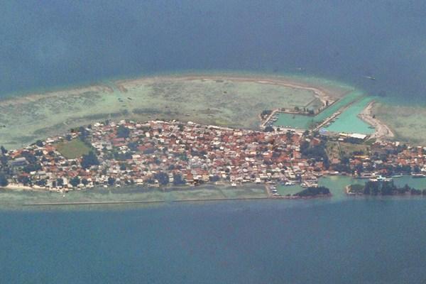 Foto udara Pulau Tidung, gugusan Kepulauan Seribu, di perairan Laut Jawa, Jakarta, Senin (24/4). - Antara/Iggoy el Fitra
