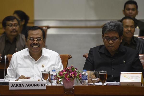 Jaksa Agung HM Prasetyo (kiri) didampingi Jaksa Agung Muda Pidana Khusus (Jampidsus) Arminsyah (kanan). - Antara