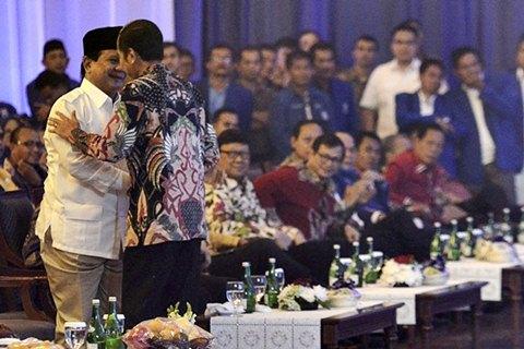 Presiden Joko Widodo (kanan) menyapa Ketum Partai Gerindra Prabowo Subianto dalam Rakernas PAN di Jakarta, Rabu (6/5/2015). - Antara/Fanny Octavianus