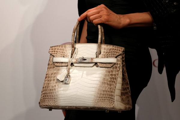 Tas Birkin terbuat dari kulit buaya Himalaya dari rumah mode Hermes - Reuters