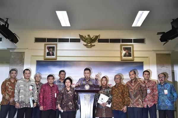 Ketua Tim Perumus RUU KUHP Muladi (tengah) didampingi anggota menyampaikan keterangan kepada wartawan seusai bertemu Presiden Joko Widodo di kantor Presiden, Jakarta, Rabu (7/3/2018). - ANTARA/Puspa Perwitasari