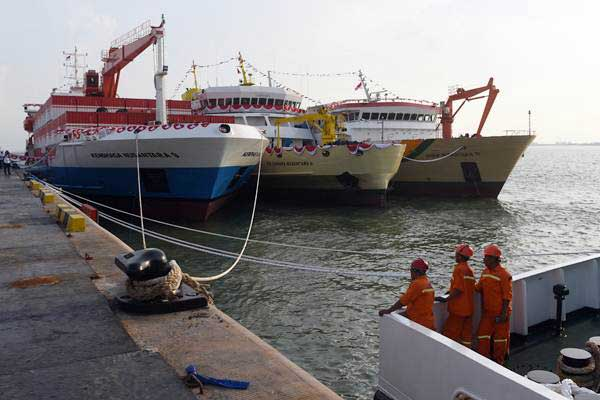 Suasana pelabuhan yang berada di kawasan industri terpadu Java Integrated Industrial and Ports Estate (JIIPE), Gresik, Jawa Timur, Kamis (8/3/2018). - ANTARA/Zabur Karuru