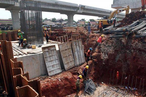 Pekerja menyelesaikan pembangunan jalan tol Bekasi-Cawang-Kampung-Melayu (Becakayu) yang dikerjakan oleh PT Waskita Karya Tbk. (Persero) di Jakarta, Senin (17/4). - JIBI/Abdullah Azzam