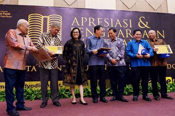 Menteri Keuangan Sri Mulyani Indrawati (ketiga kiri) dan Dirjen Pajak Robert Pakpahan (ketiga kanan) berpose dengan para penerima penghargaan wajib pajak, Sofjan Wanandi (kiri), Edwin Soeryadjaya (kedua kiri), Eddy Kusnadi Sariaatmadja (tengah), Erick Thohir (kedua kanan) dan Arifin Panigoro, seusai penyerahan penghargaan di Jakarta, Selasa (13/3/2018). - JIBI/Nurul Hidayat