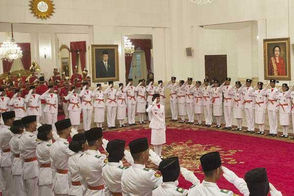 Para anggota pasukan pengibar bendera pusaka (Paskibraka) 2017 dipimpin Audrey Nathania Sumali (tengah) dari Provinsi Banten memberi hormat dalam Pengukuhan Paskibraka 2017 di Istana Negara, Jakarta, Selasa (15/8). - ANTARA/Rosa Panggabean