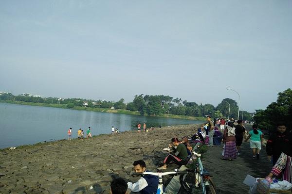 Sejumlah warga berwisata di danau Situ Gintung, Kelurahan Cirendeu, Kecamatan Ciputat Timur, Tangerang Selatan. - JIBI/Nurudin Abdullah