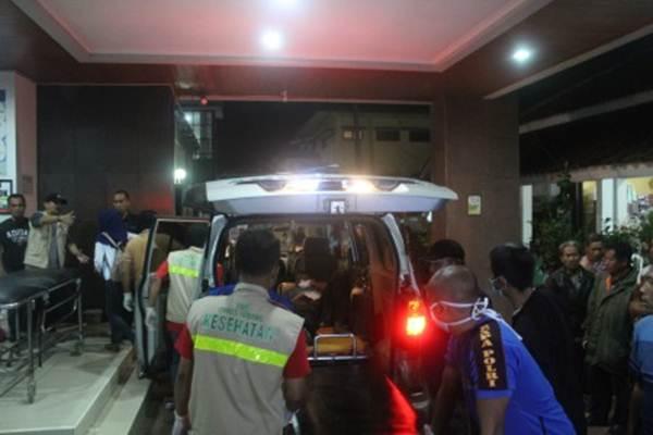 Petugas membawa korban kecelakaan bus pariwisata di Tanjakan Emen, saat tiba di IGD RSUD Ciereng, Subang, Jawa Barat, Sabtu (10/2/2018). - Antara/Yusup Suparman
