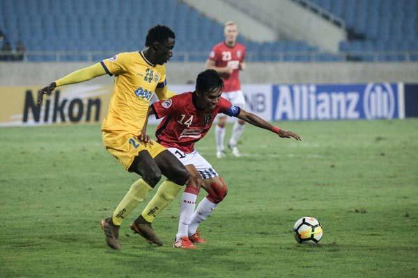 Kapten Bali United Fadil Sausu berjuang mempertahankan bola yang hendak direbut penyerang Thanh Hoa Pape Omar Faye. Skor akhir 0-0. - BaliUtd.com
