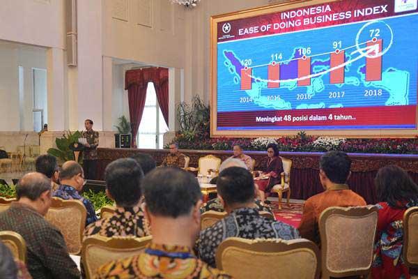Presiden Joko Widodo (kiri) didampingi Menko Perekonomian Darmin Nasution (kedua kanan), Menkeu Sri Mulyani (kanan) dan Ketua Dewan Komisioner OJK Wimboh Santoso (kedua kiri) menyampaikan paparan dihadapan pimpinan bank umum di Indonesia, di Istana Negara, Jakarta, Kamis (15/3/2018). - ANTARA/Wahyu Putro A