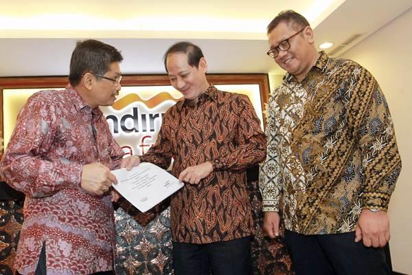 Presiden Direktur PT Mandiri Utama Finance (MUF) Stanley Setia Atmadja (tengah), Finance Director Kuki Kadarisman (kiri), dan Operation Director Judy Lesmana berbincang di sela-sela Rapat Umum Pemegang Saham di Jakarta, Rabu (14/3). - JIBI/Dwi Prasetya