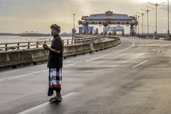 Petugas keamanan adat Bali atau Pecalang berpatroli di jalan tol Bali Mandara saat Hari Raya Nyepi Tahun Saka 1939 di Desa Adat Tuban, Badung, Bali, Selasa (28/3). - Antara/Panji Anggoro