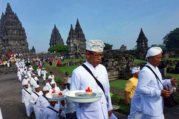 Umat Hindu berjalan keluar usai melakukan pradaksina atau berjalan mengitari Candi Prambanan saat perayaan Hari Raya Nyepi tahun baru saka 1939di Sleman, Senin (27/3). - JIBI/Gigih M. Hanafi
