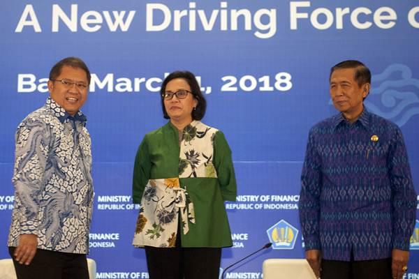 Menkominfo Rudiantara (kiri) berbincang dengan Menteri Keuangan Sri Mulyani Indrawati (tengah) dan Gubernur Bali Made Mangku Pastika saat pembukaan seminar internasional tentang sumber daya manusia penggerak perekonomian di Kuta, Bali, Kamis (1/3/2018). - ANTARA/Nyoman Budhiana