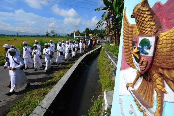 Sejumlah umat Hindu melakukan prosesi kirab Upacara Melasti di Kebonarum, Klaten, Jawa Tengah, Minggu (11/3). Upacara Melasti merupakan rangkaian dari perayaan Hari Raya Nyepi 1940 Saka/2018 yang diikuti oleh umat Hindu di Klaten dengan mengangkat tema