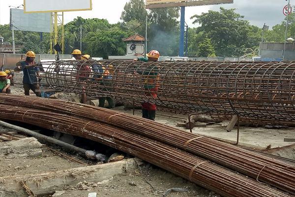 Para pekerja sedang beraktivitas pada proyek pengerjaan lintas bawah Simpang Tugu Ngurah Rai.  -  Kementerian PUPR