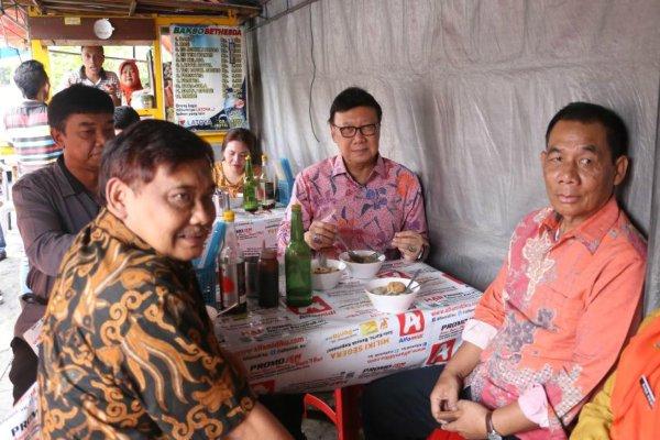 Mendagri Tjahjo Kumolo saat menikmati menu bakso di Yogyakarta - Humas Kemendagri