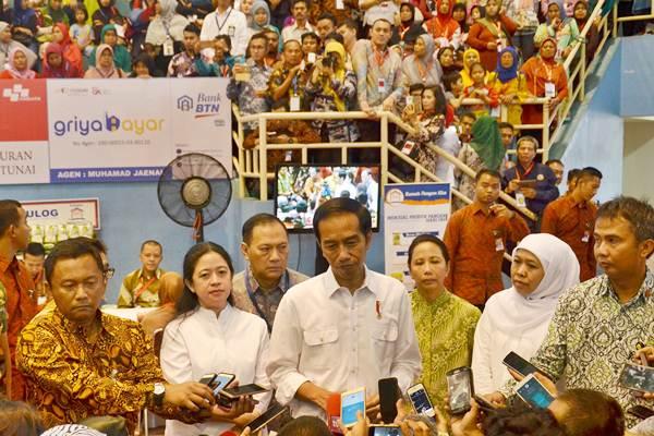 Presiden Joko Widodo (tengah), didampingi Gubernur Bank Indonesia Agus Martowardojo (ketiga kiri), Menko PMK Puan Maharani (kedua kiri), Menteri BUMN Rini Soemarno (ketiga kanan), dan Mensos Khofifah Indar Parawansa (kedua kanan) memberi keterangan pada wartawan usai Peluncuran Bantuan Pangan Non Tunai (BPNT) di GOR POPKI Cibubur, Jakarta, Kamis (23/2/207). - Antara/Indrianto Eko Suwarso