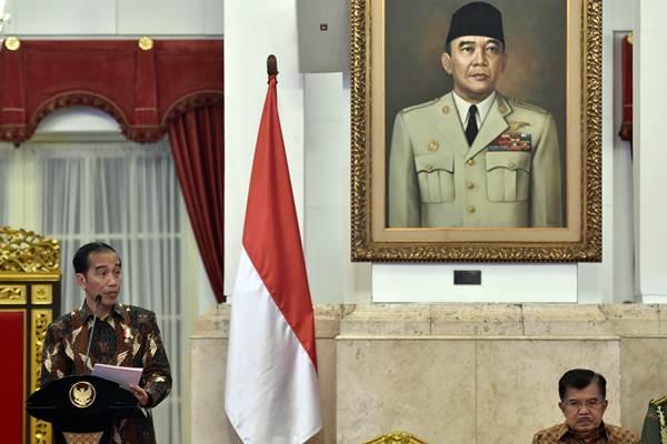 Presiden Joko Widodo (kiri) didampingi Wakil Presiden Jusuf Kalla memimpin Sidang Kabinet Paripurna di Istana Negara, Jakarta, Senin (5/3/2018). - ANTARA/Puspa Perwitasari