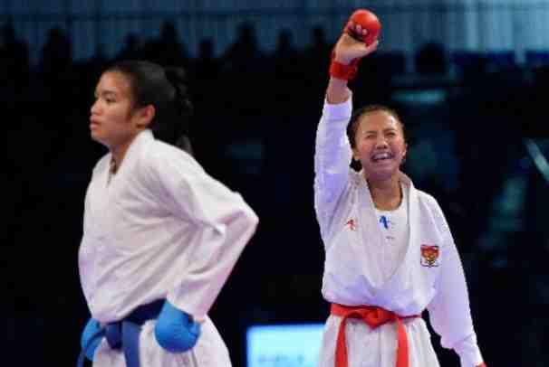 Karateka putri Indonesia, Srunita Sari (kanan) - Antara