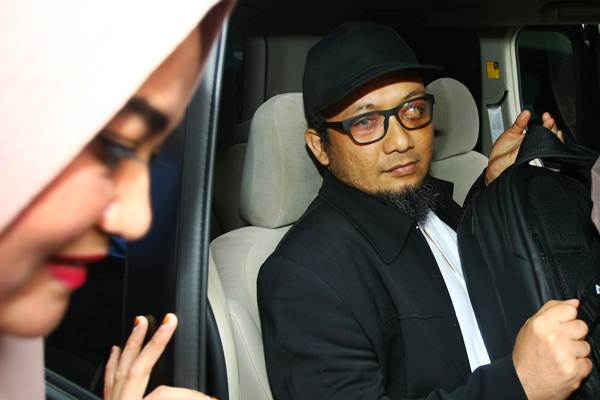 Penyidik KPK Novel Baswedan didampingi istrinya Rina Emilda memasuki mobil setibanya dari Singapura di Terminal 3 Bandara Soekarno Hatta, Tangerang, Banten, Kamis (22/2/2018). - ANTARA/Muhammad Iqbal