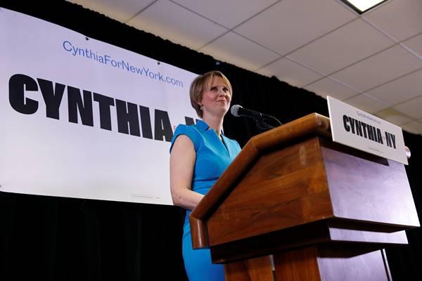 Aktris Cynthia Nixon berbicara usai mengumumkan dirinya calon Gubernur New York di Brooklyn, New York, 20 Maret 2018. - Reuters