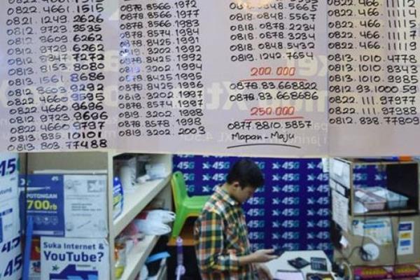 Pedagang meregistrasi kartu prabayar pada gerai miliknya di Mall Ambasador, Jakarta, Jumat (3/11/2017). - Antara