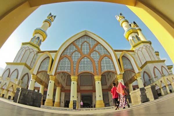 Masjid Hubbul Wathan di Islamic Center Nusa Tenggara Barat di Mataram - Antara/Ahmad Subaidi