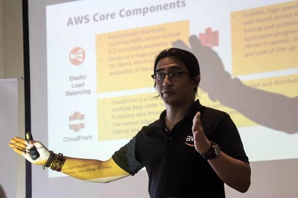 Technical Evangelist Amazon Web Services (AWS) Donnie Prakoso memberikan paparan dalam acara AWS Media Masterclass di Jakarta, Selasa (20/3/2018). - JIBI/Felix Jody Kinarwan