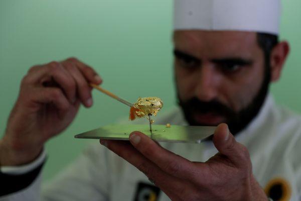 Chocolatier Daniel Gomes mempersiapkan cokelat termahal di dunia yang dilapisi emas murni 23 karat dalam pameran cokelat internasional di Obidos, Portugal pada Jumat (16/3). - Reuters/Rafael Marchante