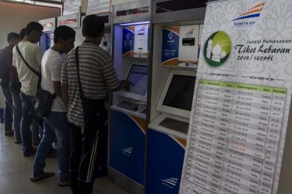Ilustrasi pembelian tiket kereta melalui mesin ATM. - Antara/Galih Pradipta