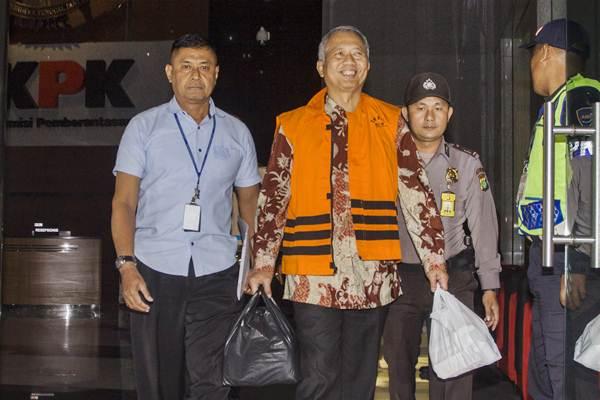 Dirjen Perhubungan Laut (Hubla) Kemenhub Antonius Tonny Budiono (kedua kiri) keluar dari gedung KPK, usai menjalani pemeriksaan, di Jakarta, Jumat (25/8) dini hari. - ANTARA/Galih Pradipta