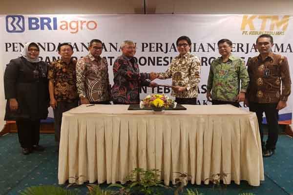 Direktur Utama BRI Agro, Agus Noorsanto (ketiga dari kanan) dan Direktur Kebun Tebu Mas (KTM) Adi Prasongko (keempat dari kiri) saat melakukan penandatanganan kerja sama penyaluran KUR Rp75 miliar untuk 750 petani tebu mitra binaan KTM di Surabaya, Rabu (21/3 - 2018).