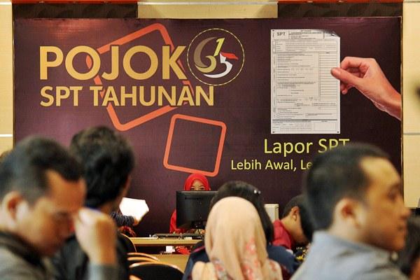 Petugas melayani wajib pajak dalam pelaporan Surat Pemberitahuan Tahunan (SPT) - Antara/Moch Asim