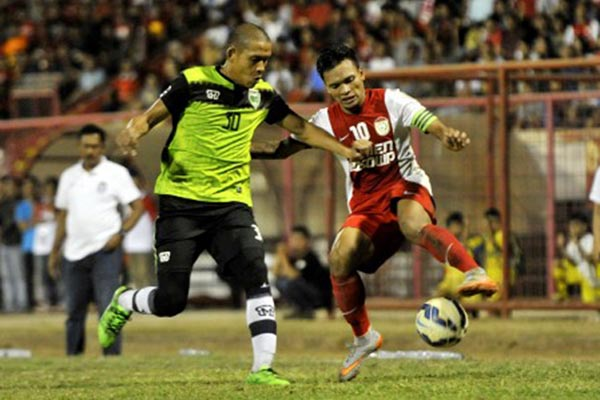 Ujung tombak PSM Makassar Ferdinand Sinaga (kanan) berebut bola dengan pemain Persipasi Bandung Raya (PBR) Nova Arianto pada penyisihan Grup D Piala Presiden di Stadion Mattoanging Gelora Andi Mattalatta Makassar pada Jumat (4/9/2015). PSM Makassar menang 2-0. - Antara/Yusran Uccang
