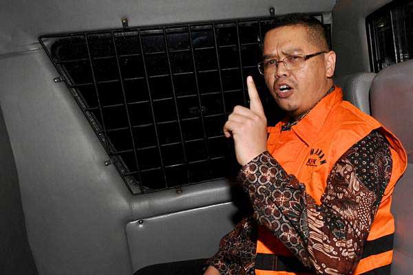 Wakil Ketua Komisi V DPR Fraksi PKS Yudi Widiana Adia dengan rompi tahanan berada di mobil tahanan usai menjalani pemeriksaan di Gedung KPK, Jakarta, Rabu (19/7). - ANTARA/Sigid Kurniawan