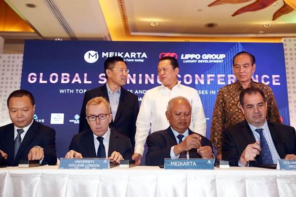 Chief Executive Officer Lippo Group James T. Riady (belakang, dari kiri) bersama Ketua DPR Bambang Soesatyo dan President of Meikarta Theo L Sambuaga menyaksikan penandatanganan naskah kerja sama investasi proyek Meikarta, di Jakarta, Rabu (21/3/2018). - JIBI/Abdullah Azzam