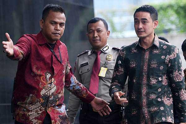 Gubernur Jambi Zumi Zola (kedua kanan) tiba untuk menjalani pemeriksaan di gedung KPK, Jakarta, Jumat (5/1). - ANTARA/Sigid Kurniawan