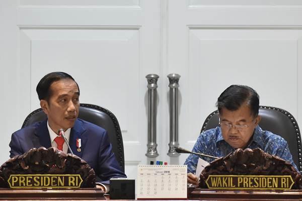 Presiden Joko Widodo (kiri) didampingi Wakil Presiden Jusuf Kalla. - ANTARA/Puspa Perwitasari