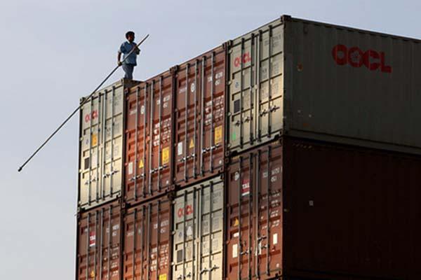Seorang pekerja berjalan di atas kontainer di Terminal Peti Kemas Koja di Tanjung Priok, Jakarta. - Reuters/Nyimas Laula