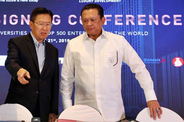 Chief Executive Officer Lippo Group James T. Riady (kiri) berbincang dengan Ketua DPR Bambang Soesatyo di sela-sela penandatanganan naskah kerja sama investasi proyek Meikarta, di Jakarta, Rabu (21/3/2018). - JIBI/Abdullah Azzam