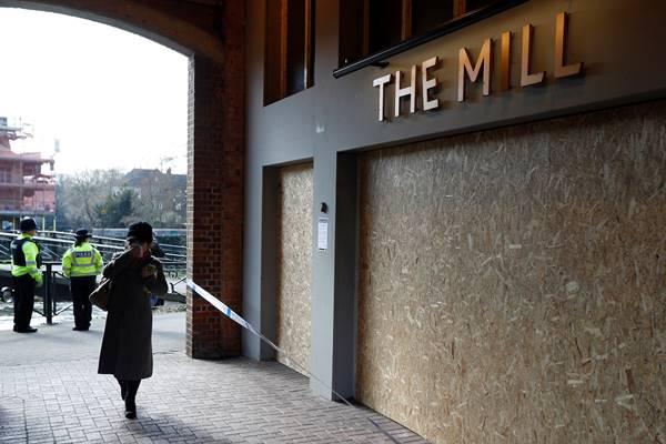 Polisi berdiri di depan pub Mill setelah inspektur dari Organisasi untuk Larangan Senjata Kimia (OPCW) tiba untuk mulai bekerja di tempat serangan agen saraf pada mantan agen Rusia Sergei Skripal, di Salisbury, Inggris 21 Maret 2018. - Reuters