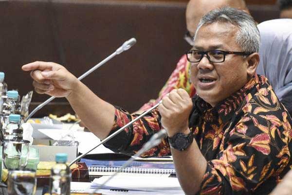 Ketua Komisi Pemilihan Umum (KPU) Arief Budiman menjawab pertanyaan anggota dewan saat mengikuti rapat dengar pendapat dengan Komisi II DPR di Kompleks Parlemen, Senayan, Jakarta (21/11). - ANTARA/Hafidz Mubarak A